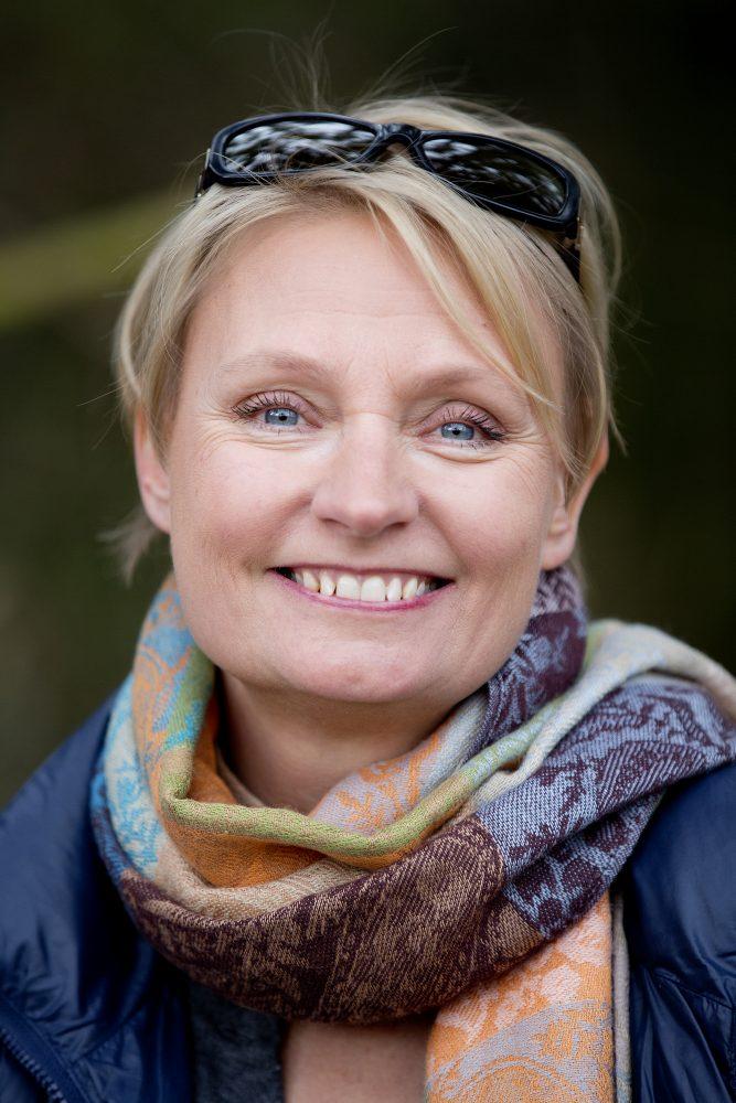 Lisbeth Oxholm Snede, Singleportræt, op af træ, VejlsøMose, Silkeborg, 2017